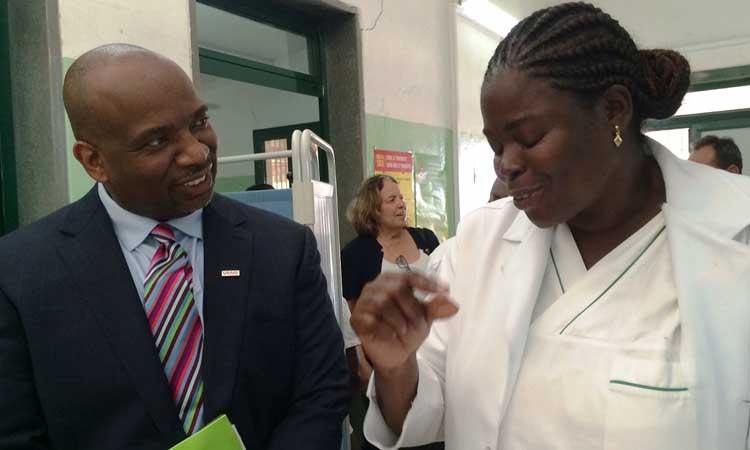 Director da USAID Angola, Derrick Brown, Informado sobre Desafios da Saúde em Angola.