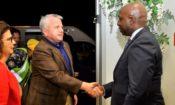 O Secretário de Estado Adjunto, John J. Sullivan é saudado pelo Secretário de Estado das Relações Exteriores de Angola, Téte António na sua chegada ao Aeroporto 4 de Fevereiro em Luanda. A Embaixadora dos Estados Unidos para Angola Nina Fite apresentou os dois dignatários.